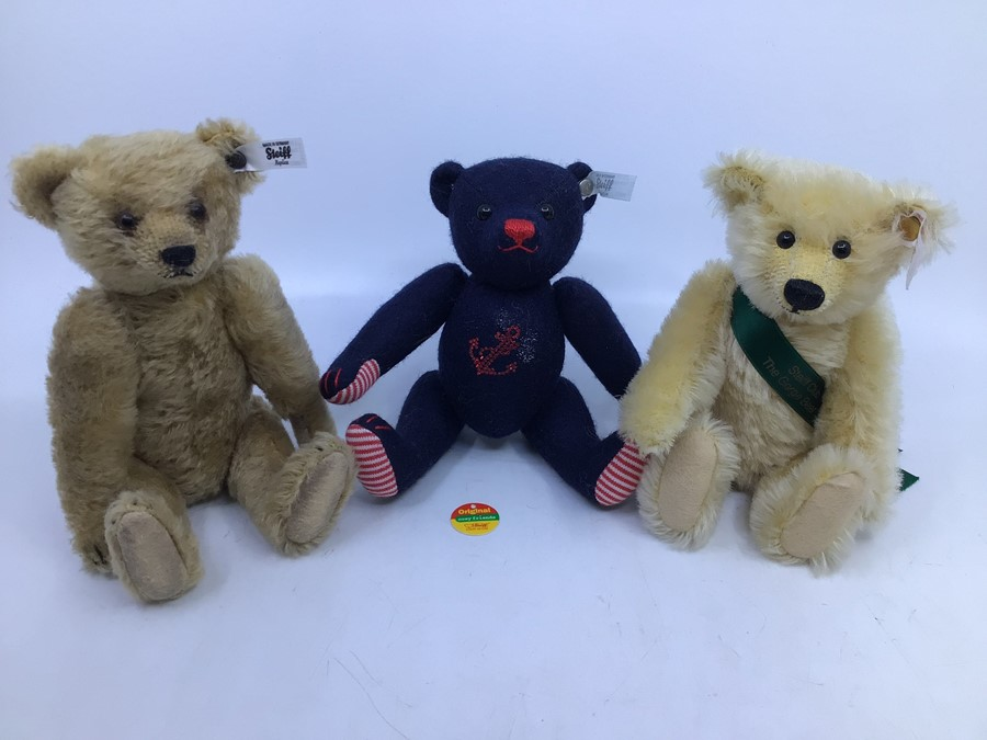 Steiff: A collection of three unboxed Steiff bears to comprise: Teddybear 1924 Replica, 651/924