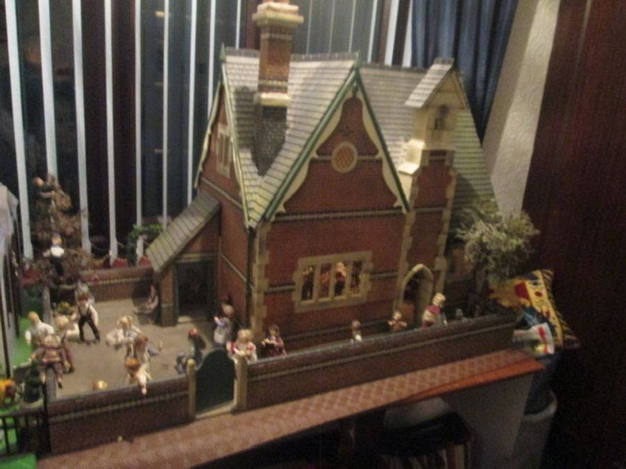 Dolls House/School House: high quality School and playground built by the Vic Newey, renowned for - Image 2 of 7