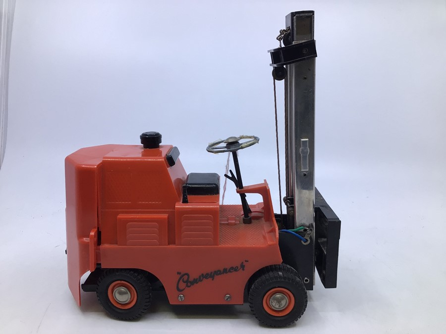 Victory: A boxed Victory Industries. Surrey, battery operated, 1:14 Scale, Conveyancer Fork Truck, - Image 2 of 4