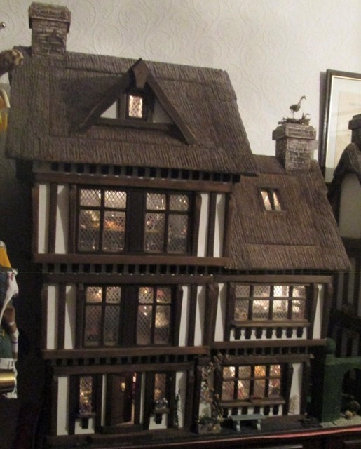 Dolls House: A quality Dolls House built by the renowned Robert Stubbs. This model is the three - Image 2 of 7