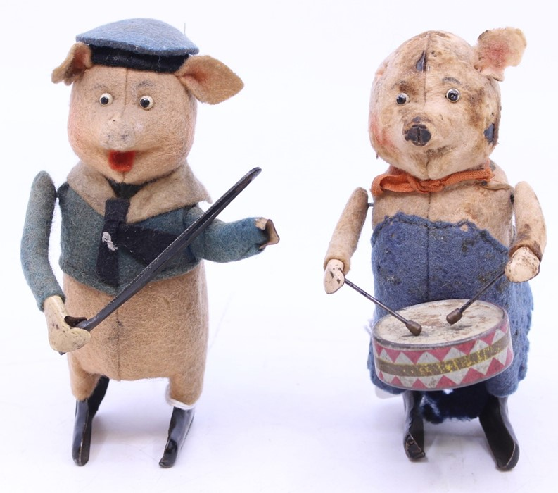 Schuco: A pair of Schuco clockwork musician pigs: drummer and violinist (missing violin), in need of