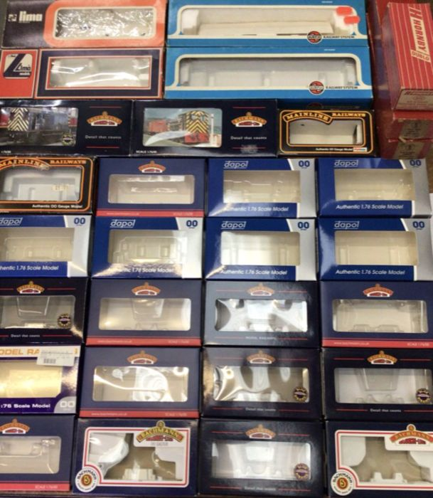 ***RE-OFFER AUGUST A&C £20-£30*** Railway: A collection of assorted empty boxes for OO gauge railway