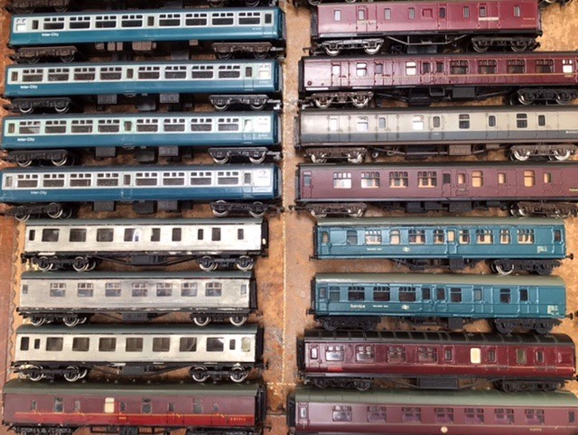 Railway: A collection of OO gauge locomotives and rolling stock, to include Hornby, Lima, - Image 2 of 5