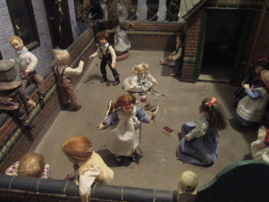 Dolls House/School House: high quality School and playground built by the Vic Newey, renowned for - Image 3 of 7