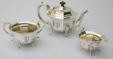 An Edwardian EPNS three piece tea service, each of octagonal form with 'P' monogram, on four hoof