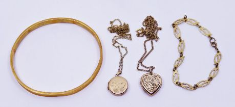 A collection of gold items to include two lockets and a bracelet (4)