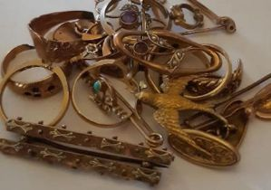 Quantity of 9ct and other jewellery including cufflinks, swallow brooch rings and similar Faults