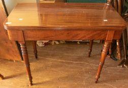 Late Georgian mahogany card table/tea table on turned legs