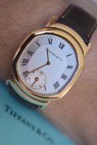 """RARE 18K GOLD TIFFANY & CO. """"TONNEAU"""" DUAL-TIME GENTS WRISTWATCH (WITH £9,000 VALUATION)"""