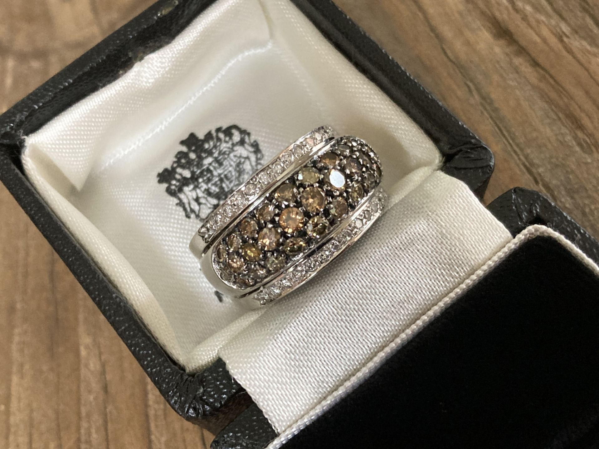 18CT WHITE GOLD 2.5CT BRILLIANT CUT DIAMOND RING (MIXED COLOUR DESIGN) - SIZE: T 1/2 / WEIGHT: 18.6G - Image 3 of 6