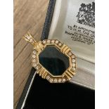 DIAMOND AND STONE SET BROOCH IN 18CT YELLOW GOLD - WEIGHT: 7.4G