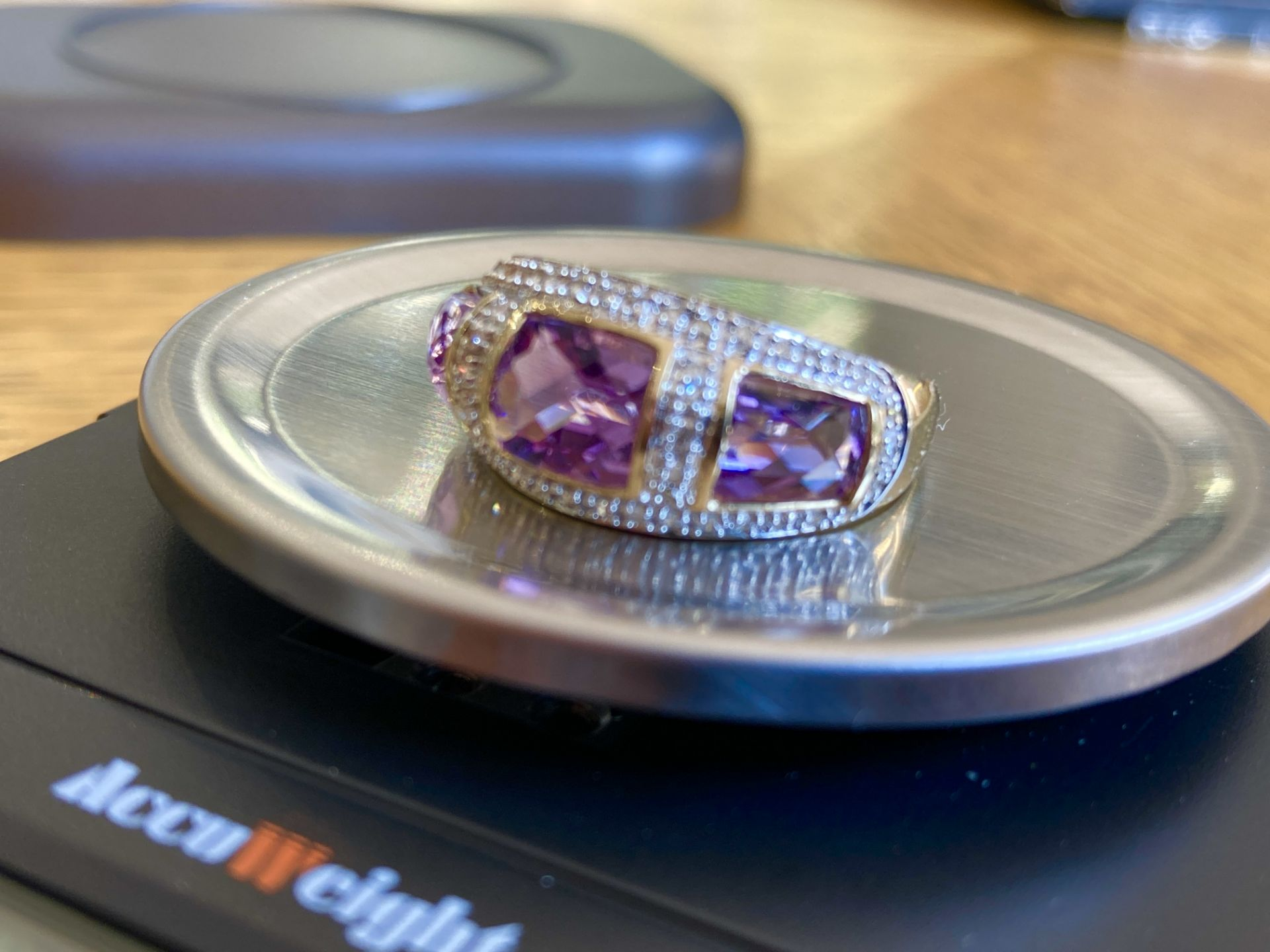 9CT YELLOW GOLD AMETHYST & DIAMOND RING - SIZE: S / WEIGHT: 3.5G - Image 4 of 9