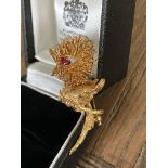 RUBY SET BIRD/ CHICK DESIGN BROOCH IN 18CT YELLOW GOLD - WEIGHT: 13G