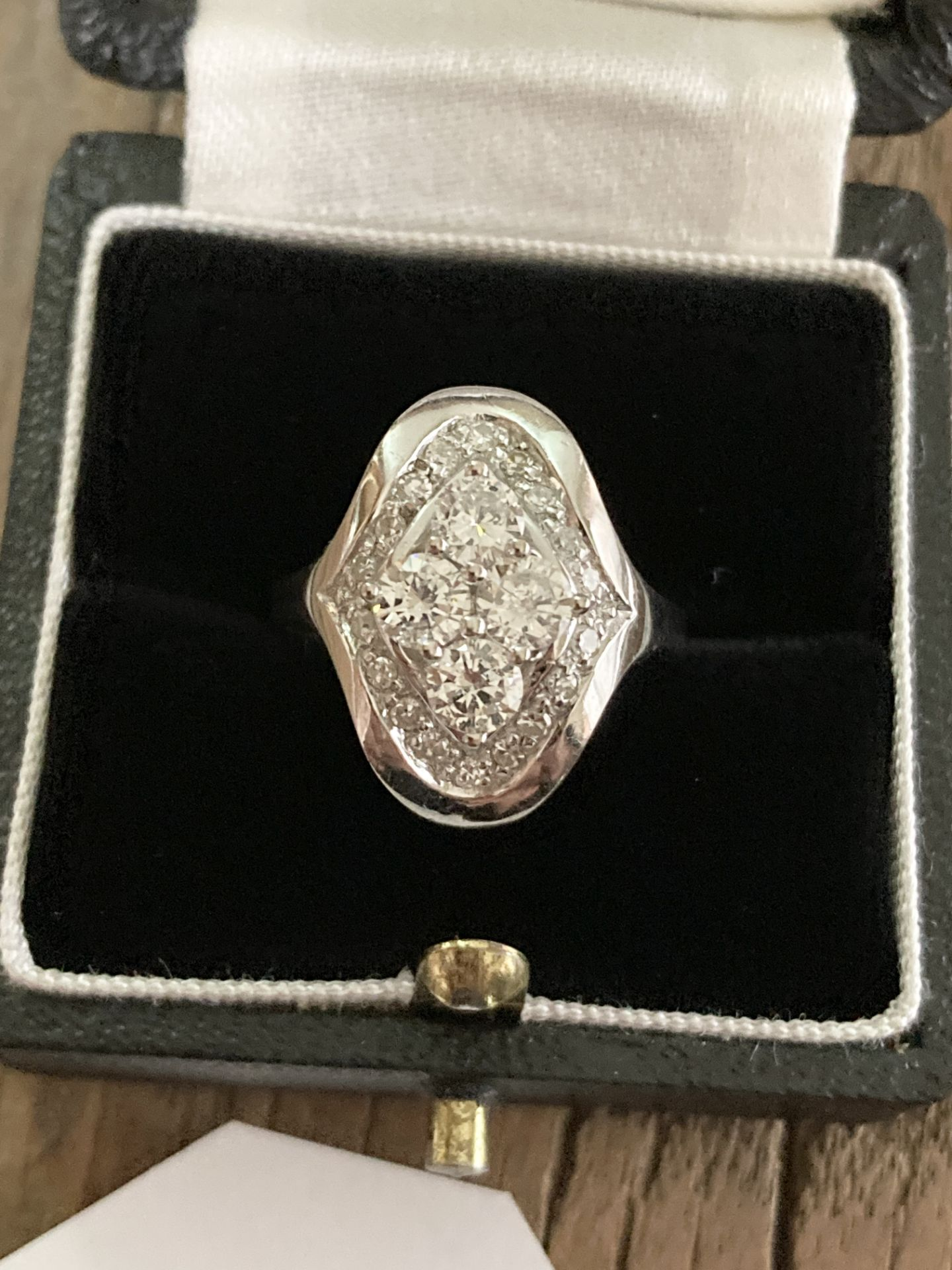 1CT DIAMOND RING IN 14CT WHITE GOLD - SIZE: O 1/2 / WEIGHT: 7.4G