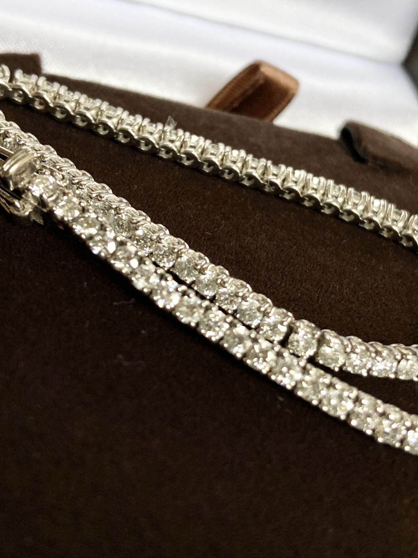 18CT WHITE GOLD 3.2-3.5CT DIAMOND TENNIS BRACELET - Image 4 of 7