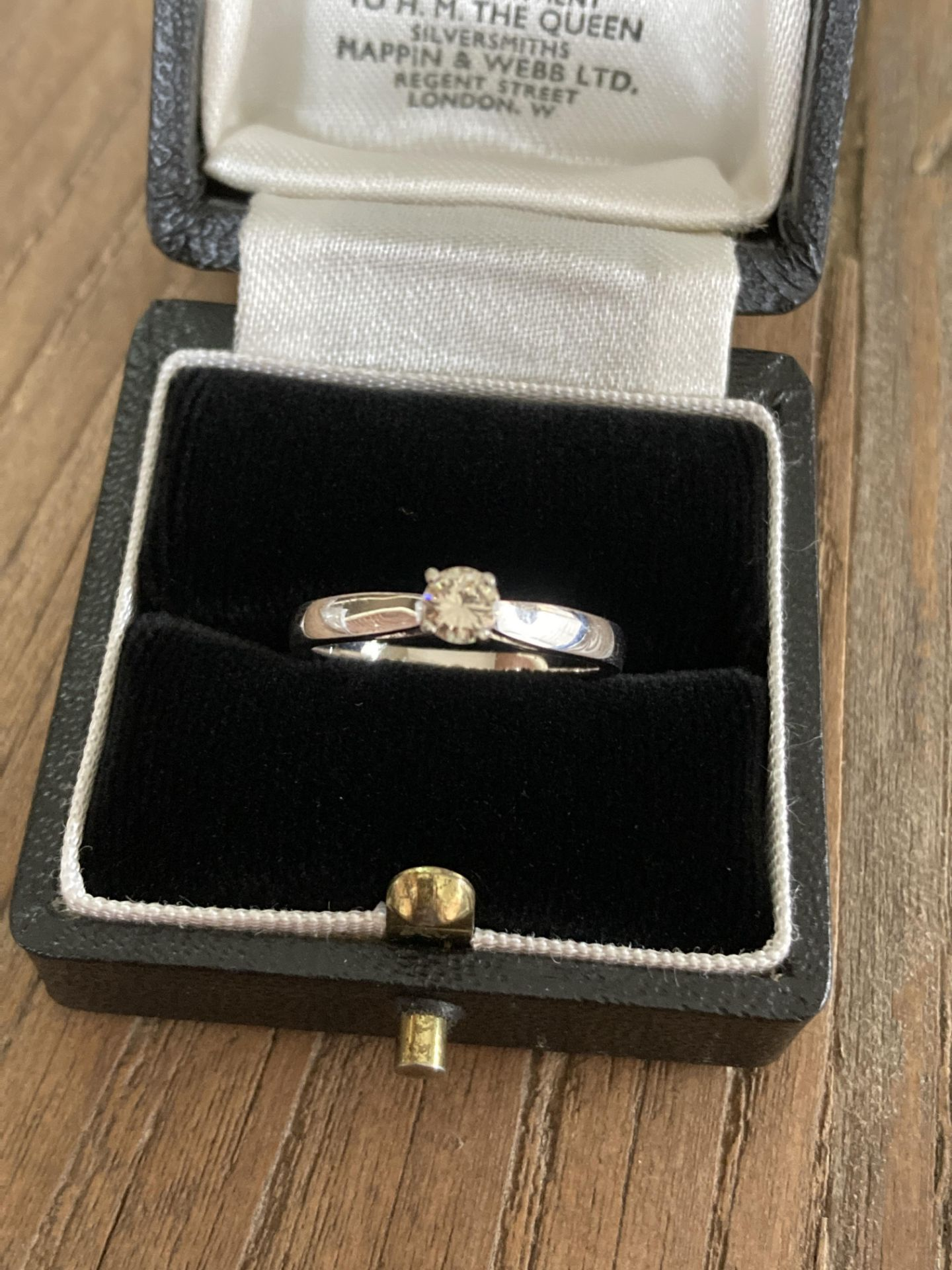 SOLITAIRE DIAMOND RING IN 18CT WHITE GOLD - SIZE: N / WEIGHT: 3.1G