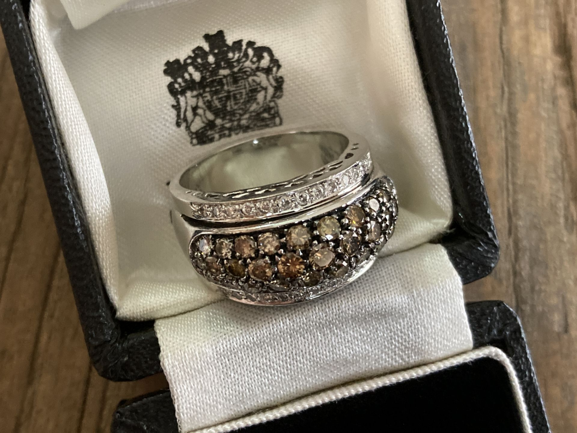 18CT WHITE GOLD 2.5CT BRILLIANT CUT DIAMOND RING (MIXED COLOUR DESIGN) - SIZE: T 1/2 / WEIGHT: 18.6G - Image 4 of 6