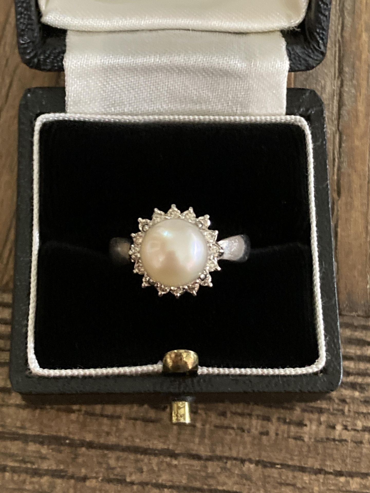 PLATINUM CULTURED PEARL & DIAMOND RING - SIZE: P, WEIGHT: 6.2G - Image 2 of 4