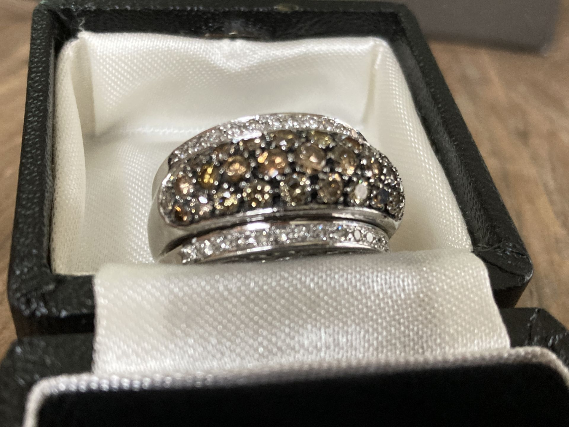18CT WHITE GOLD 2.5CT BRILLIANT CUT DIAMOND RING (MIXED COLOUR DESIGN) - SIZE: T 1/2 / WEIGHT: 18.6G - Image 2 of 6