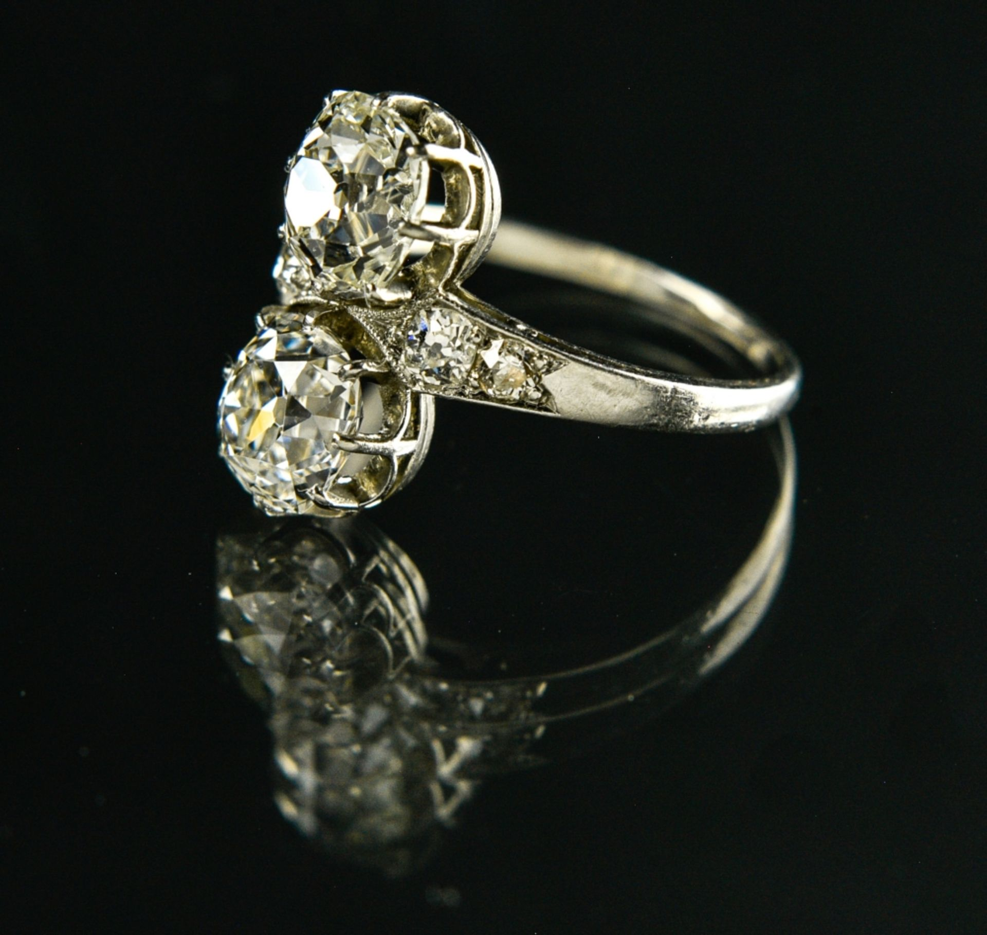 You & Me ring Platinum, set with two antique-cut diamonds of approx. 1.40 and 1.30 ct, flanked by - Image 2 of 2