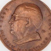 """Medaille """"Martin Niemöller"""" Bronze, Hersteller: Bronzegießerei Hans Füssel - Ingrid Günzel/Berl"""