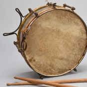 HJ-Trommel Metallkorpus, siebenfach verschraubt und an den Rändern rot-weiß lackiert, mit Tragevo