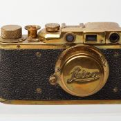 Kamera Hersteller: Leica, Modell: II Gold (wohl russische Kopie), vermessingt, Nr. 11236, auf Obers