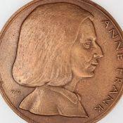"""Medaille """"Anne Frank"""" Bronze, Hersteller: Bronzegießerei Hans Füssel - Ingrid Günzel/Berlin, Med"""