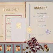 Konvolut DDR-Auszeichnungen, Urkunden, Schulterstücke insg. wohl über 45 Stück, dabei u.a.: 1 x