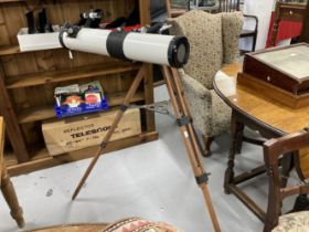 Scientific Instruments: Late 20th cent. Prinz Astral 500 Telescope on it's adjustable wooden tripod,