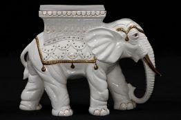 Elefant als Blumenhocker, Keramik, weiß glasiert,