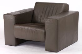 Sessel,  graue Lederbezüge, Seitenteile in Blockform,