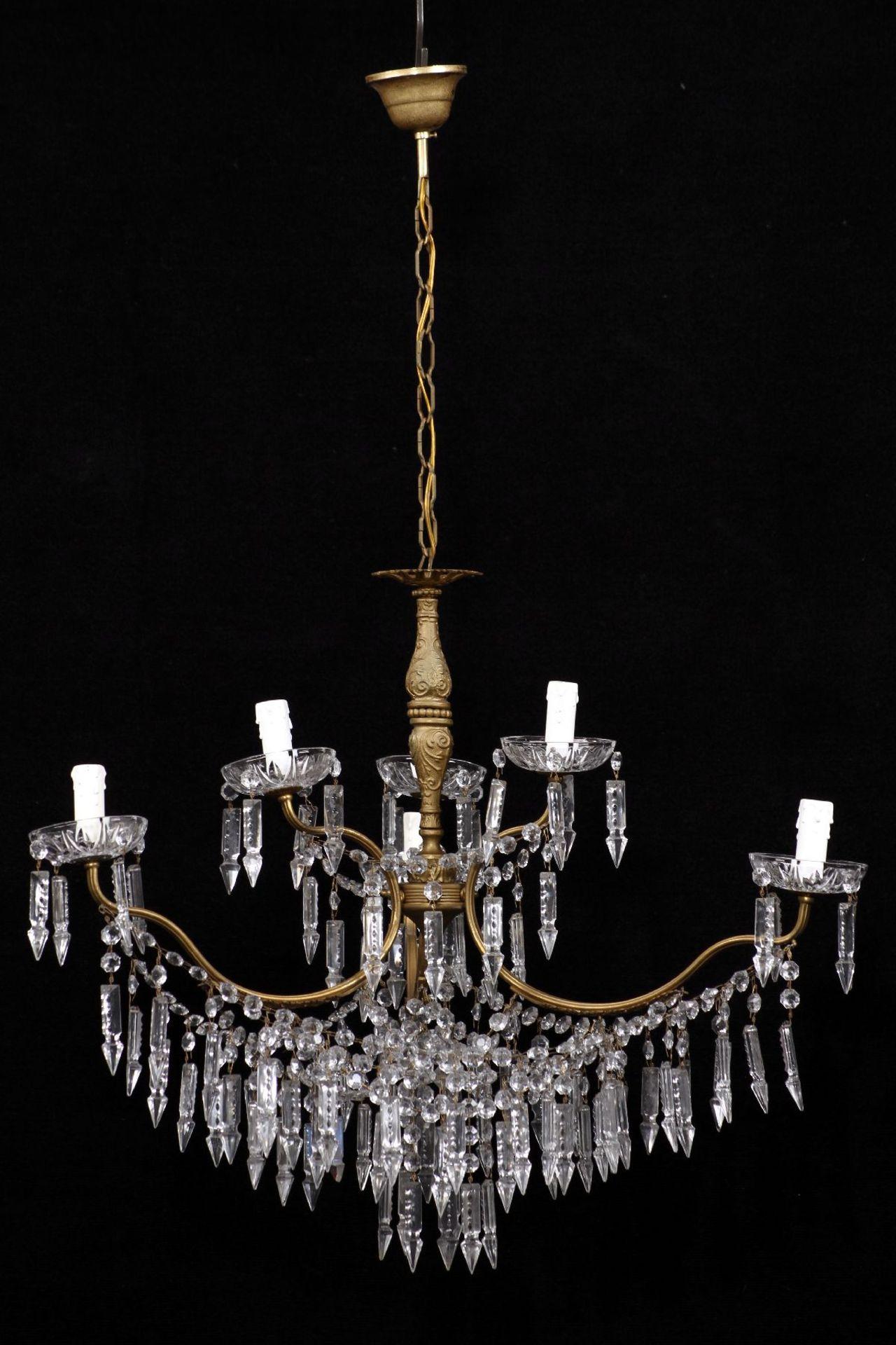 Kristallleuchter, Metallkorpus mit floralen Verzierungen