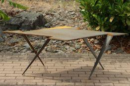 Skulptur, Andreas Helmling,  Eisen/Metall, Tisch aus einer