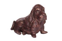Beagle,  Bronze, braun patiniert, sitzende Darstellung,