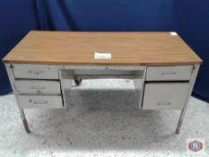 Desk and Work Tables. Escritorio y mesas de trabajo