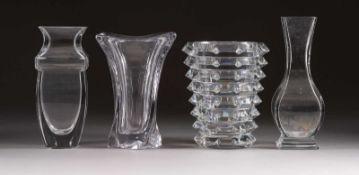 VIER VASEN Frankreich, Cristalleries de Baccarat, Cristalleries de Sèvres sowie