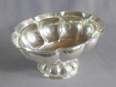 1 ovale Konfektschale auf Fuß, Silber (800/000), Punzen: Halbmond und Krone, Wandung mit geraden