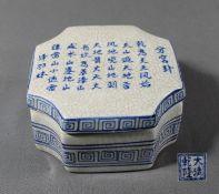 1 Deckeldose Keramik, 8-eckig, Deckel mit asiatischen Schriftzeichen, Boden gemarkt, ca. 7cm x 12,