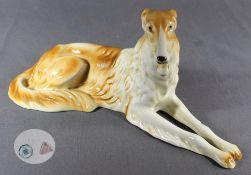 "1 Porzellanfigur ""liegender Barsoi, Hollohaza Ungarn"", farbig staffiert, ca. 15cm x 31cm12,5cm"