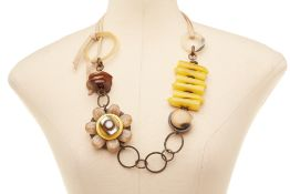 A YELLOW & TORTOISE FLOWER NECKLACE