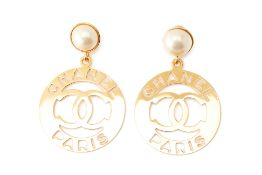 A PAIR OF CHANEL XL GILT METAL AND FAUX PEARL EARRINGS