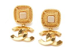 A PAIR OF CHANEL GILT FAUX PEARL DROP EARRINGS