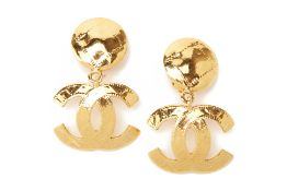 A PAIR OF CHANEL GILT DROP EARRINGS