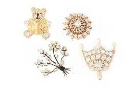 FOUR COSTUME JEWELLERY PASTE AND FAUX PEARL SET BROOCHES