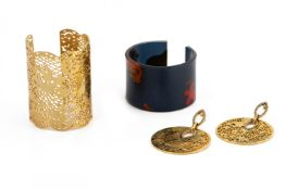 A GROUP OF EARRINGS AND BRACELETS