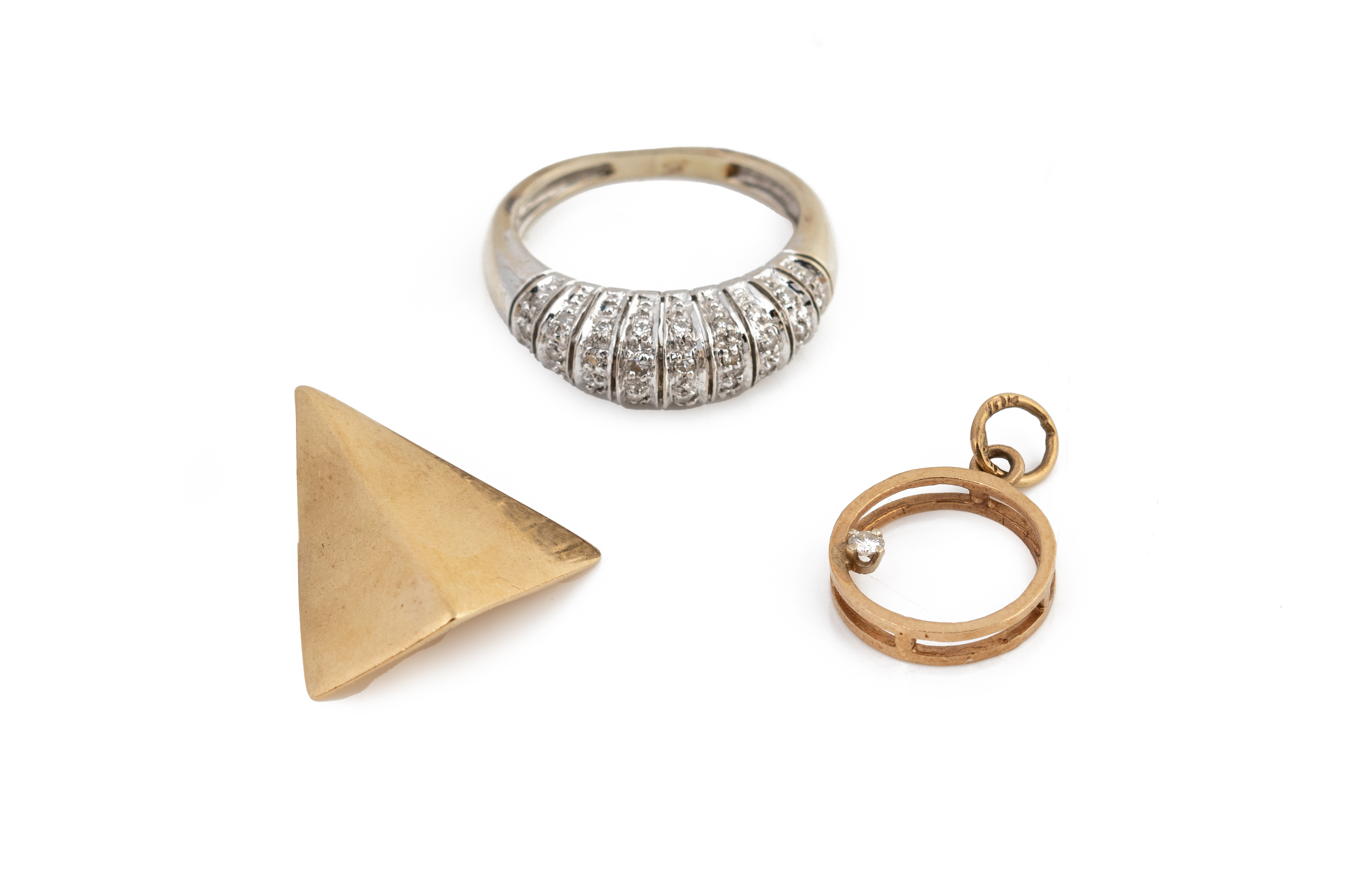 AN 18K GOLD RING AND TWO PENDANTS