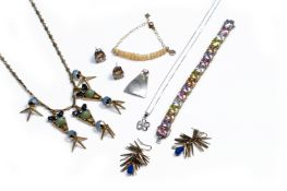 A MIXED LOT OF JEWELLERY