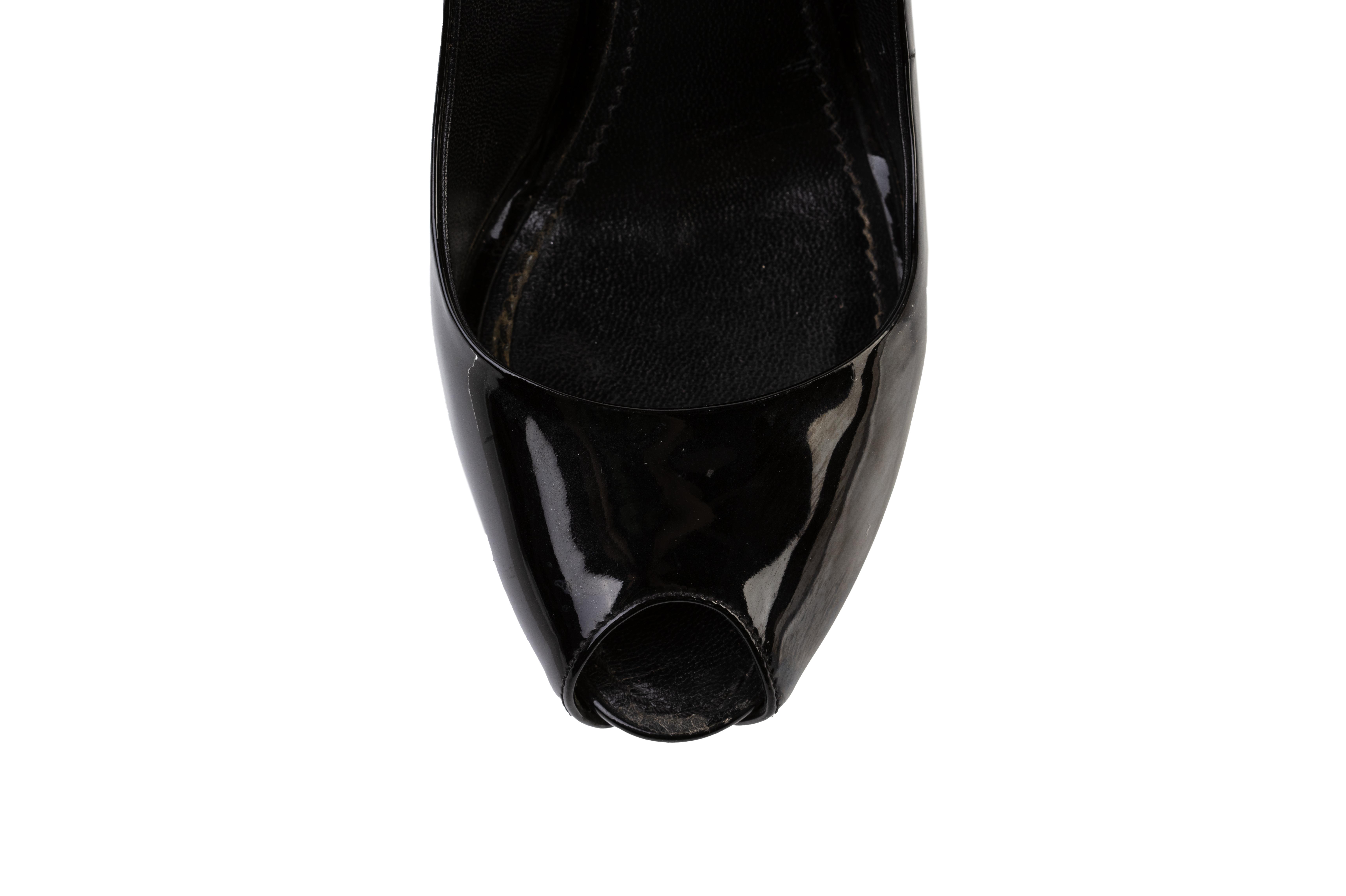 A PAIR OF LOUIS VUITTON PATENT BLACK LEATHER LOCK PUMPS EU35 - Image 4 of 7