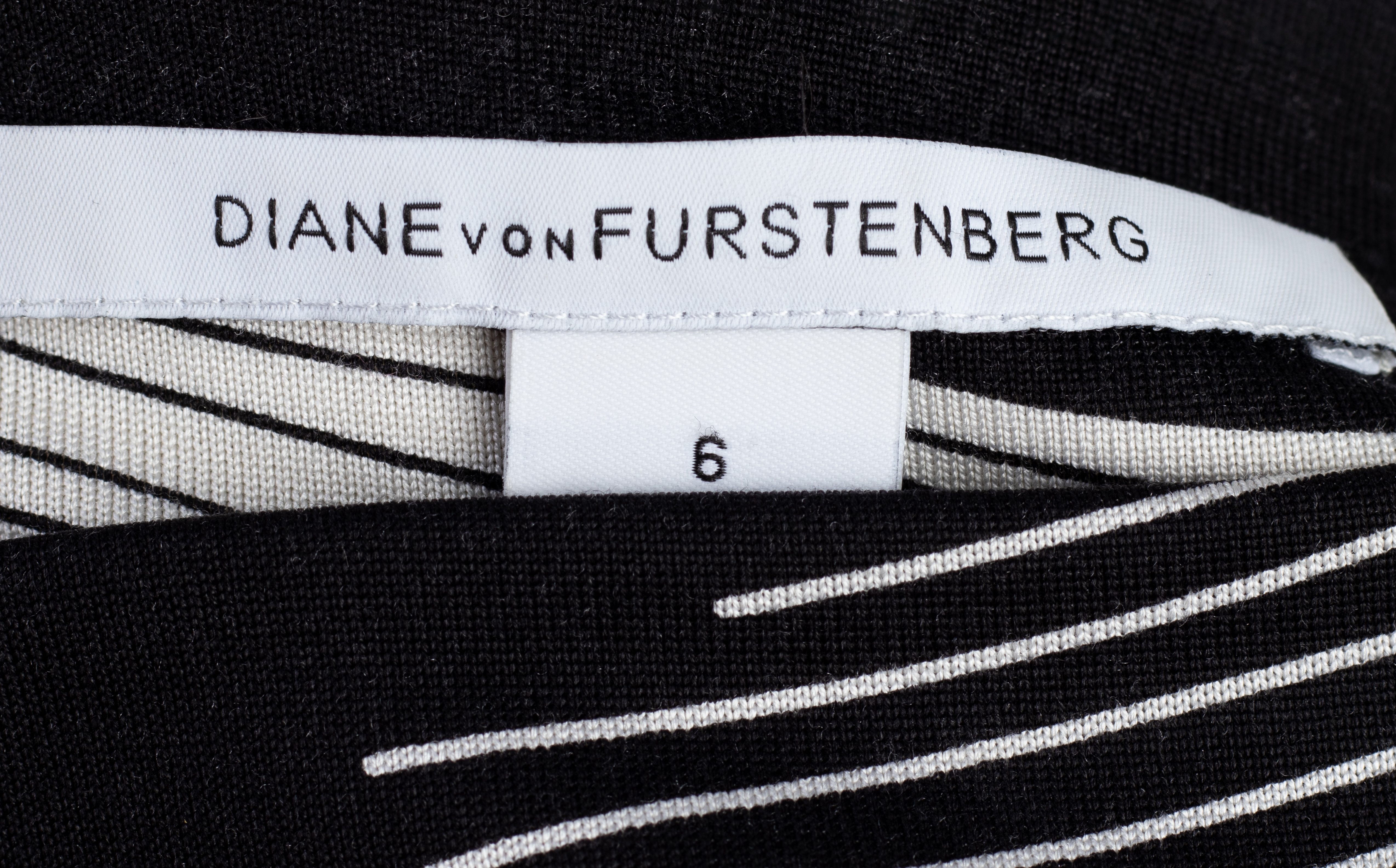 A DIANE VON FURSTENBERG BLACK & WHITE LONG SLEEVE DRESS - Image 3 of 3